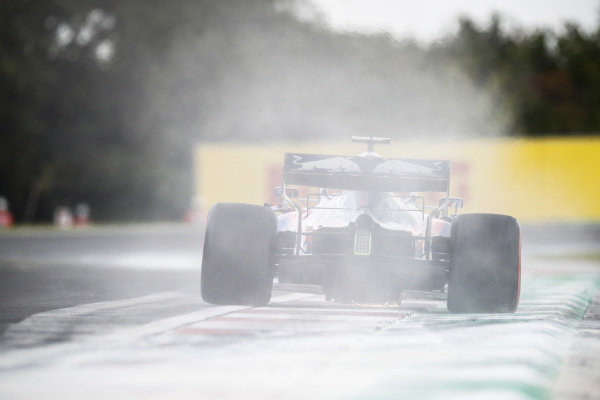 Daniil Kvyat, Toro Rosso STR14, kicks up cement dust