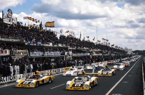 Jean-Pierre Jabouille / Derek Bell, Equipe Renault Elf, Renault Alpine A442, Patrick Depailler / Jacques Laffite, Equipe Renault Elf, Renault Alpine A442, Jacky Ickx / Henri Pescarolo, Martini Racing Porsche System, Porsche 936/77 - Porsche 911/78, and Patrick Tambay / Jean-Pierre Jaussaud, Equipe Renault Elf, Renault Alpine A442, form the front two rows of the grid ready for the start.