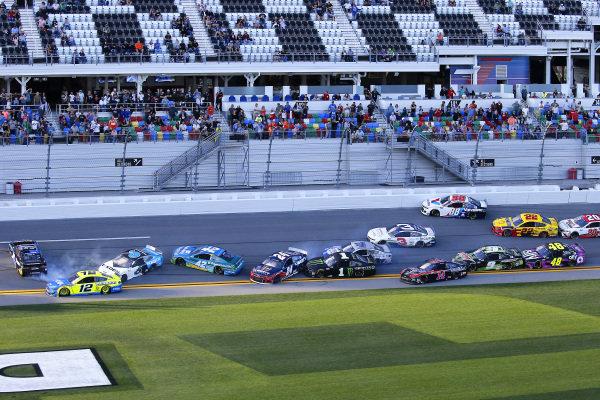 #19: Martin Truex Jr., Joe Gibbs Racing, Toyota Camry SiriusXM and #12: Ryan Blaney, Team Penske, Ford Mustang Menards / Peak crash
