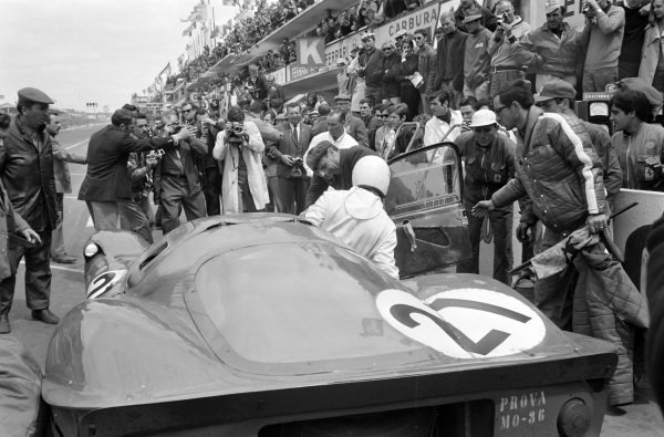Ludivico Scarfiotti / Mike Parkes, Scuderia Ferrari, Ferrari 330P4, makes a driver change in the pits.