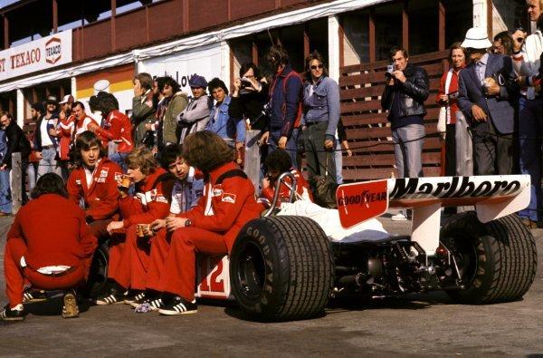 McLaren mechanics enjoy a tea break on the McLaren M23 sidepod of fifth placed Jochen Mass (GER) during practice. Canadian Grand Prix, Rd14, Mosport Park, Canada, 3 October 1976.BEST IMAGE