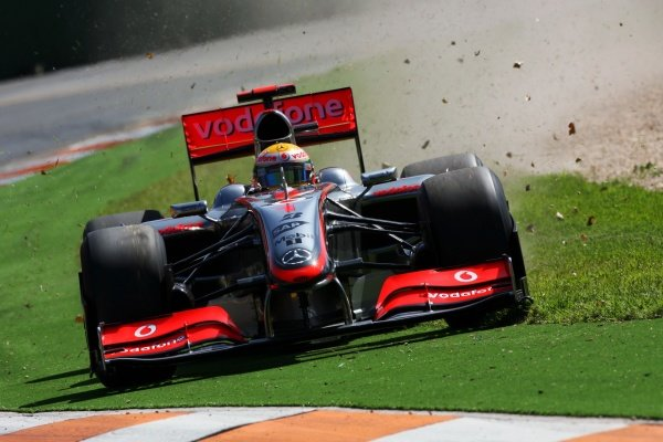 Lewis Hamilton (GBR) McLaren MP4/24 runs wide.Formula One World Championship, Rd 1, Australian Grand Prix, Practice Day, Albert Park, Melbourne, Australia, Friday 27 March 2009.BEST IMAGE