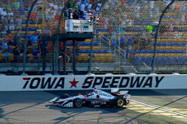 Verizon IndyCar Series Iowa Corn 300 Iowa Speedway, Newton, IA USA Sunday 9 July 2017 Helio Castroneves, Team Penske Chevrolet takes the checkered flag. World Copyright: F. Peirce Williams LAT Images