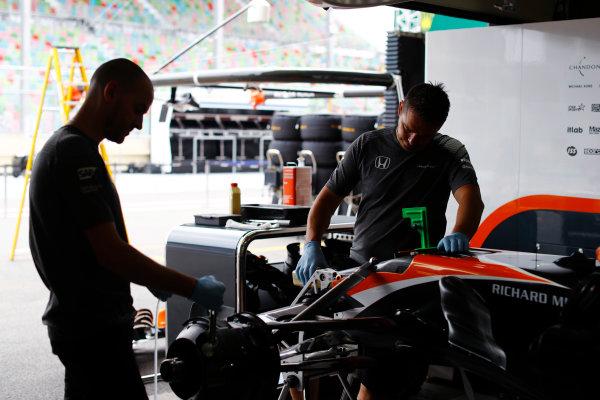 Baku City Circuit, Baku, Azerbaijan. Thursday 22 June 2017. McLaren team members work on the front of a McLaren MCL32 Honda.  World Copyright: Steven Tee/LAT Images ref: Digital Image _R3I0947