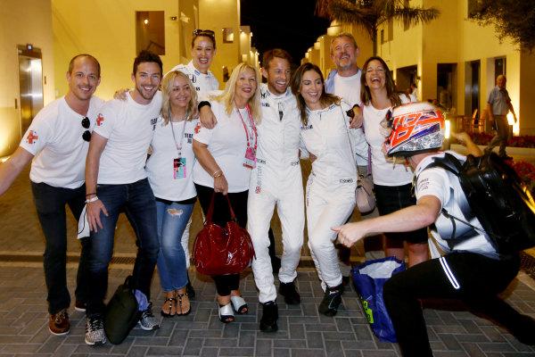 Yas Marina Circuit, Abu Dhabi, United Arab Emirates. Sunday 27 November 2016. Jenson Button, McLaren, celebrates retirement with his family and friends. World Copyright: Charles Coates/LAT Photographic ref: Digital Image DJ5R0284