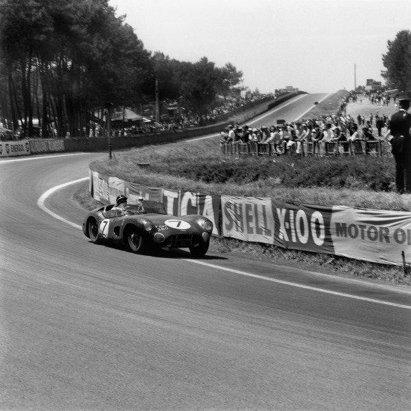 Le Mans, France. 25th - 26th June 1960.Jim Clark/Roy Salvadori (Aston Martin DBR1/30), 3rd position, action.World Copyright: LAT Photographic.Ref: 6700.
