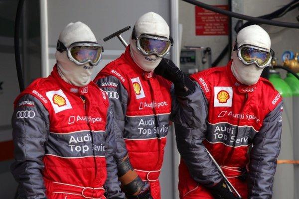 Audi mechanics in the pits. Le Mans 24 Hours, La Sarthe, Le Mans, France, 13-14 June 2009.
