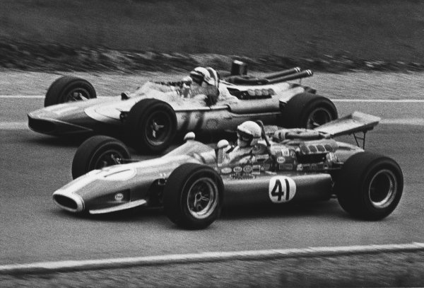 1968 USAC Championship. Mosport Park, Ontario, Canada. 15th June 1968. Rd 7 & 8. George Follmer (Cheetah-Ford), 11th position, drives inside Gary Bettenhausen (Gerhardt-Ford), 10th position, through the Esses, action. World Copyright: LAT Photographic.