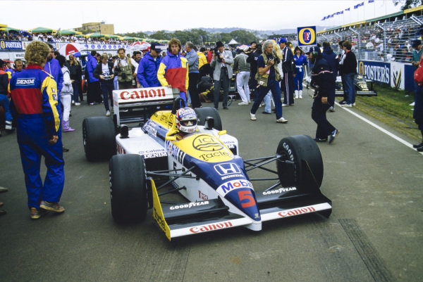 Nigel Mansell, Williams FW11 Honda, arrives on the grid.