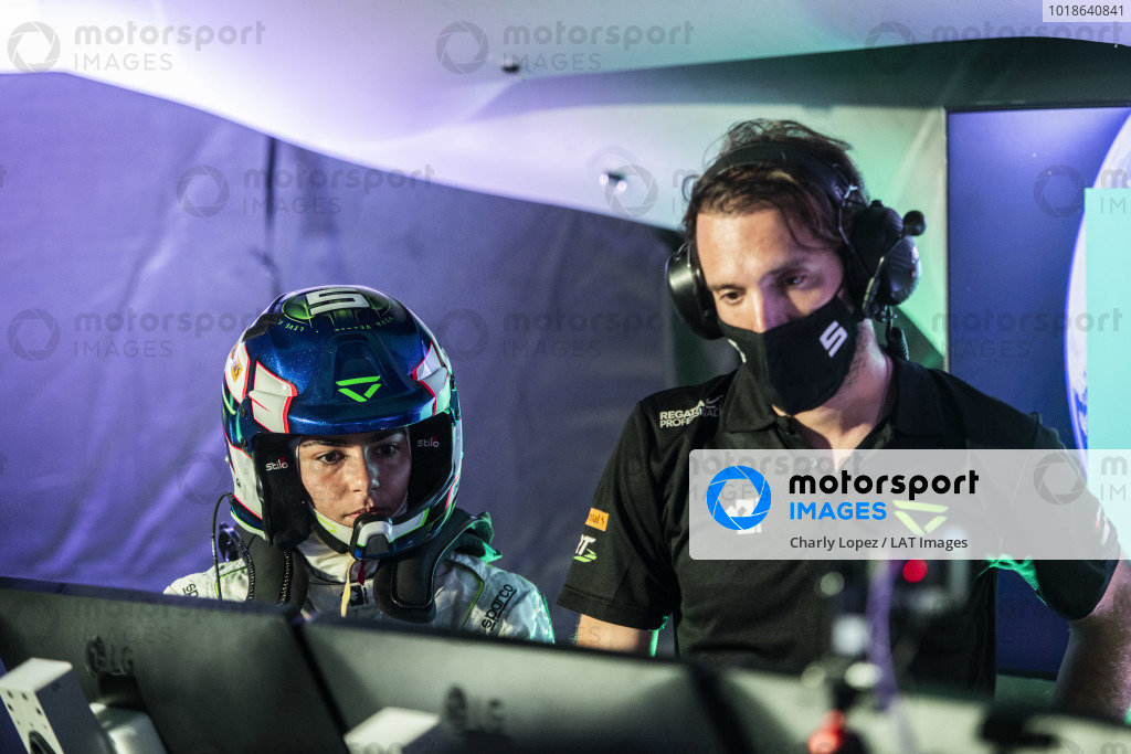 Jamie Chadwick (GBR), Veloce Racing, and the Veloce team at work in the Command Centre