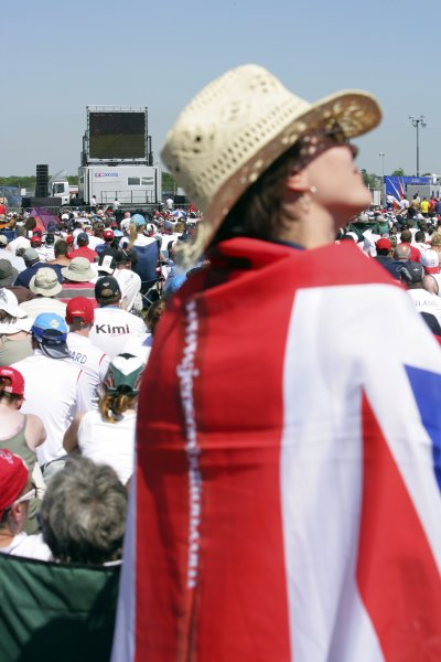 2006 British Grand Prix - Saturday Qualifying Silverstone, England. 8th - 11th June. Fans watch the England versus Paraguay World Cup match, atmosphere. World Copyright: Lorenzo Bellanca/LAT Photographic ref: Digital Image ZD2J3532