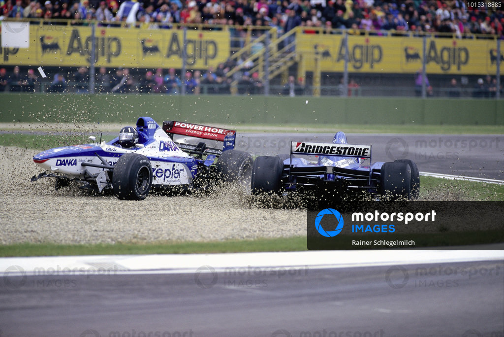Damon Hill, Arrows A18 Yamaha, and Shinji Nakano, Prost JS45 Mugen-Honda, crash into the gravel.