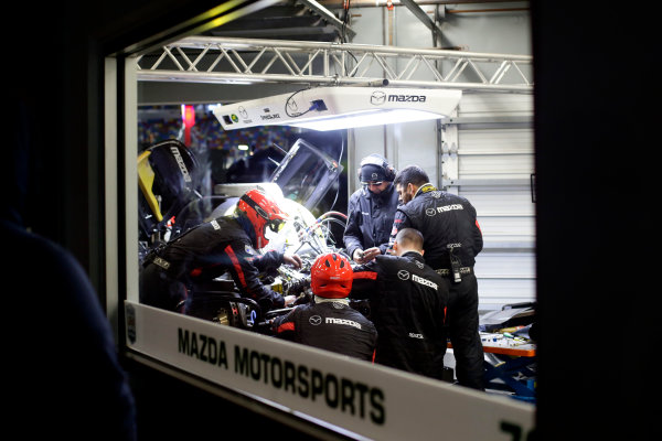 2017 Rolex 24 Hours. Daytona, Florida, USA Sunday 29 January 2017. Mechanics working on the car of #70 Mazda Motorsports Mazda DPi: Joel Miller, Tom Long, James Hinchcliffe World Copyright: Alexander Trienitz/LAT Images ref: Digital Image 2017-24h-Daytona-AT1-4571