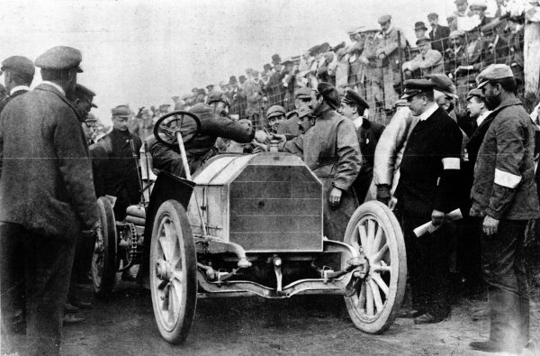 Athy, Ireland, Great Britain.2 July 1903.Baron Pierre de Caters wishes Camille Jenatzy (in car, Mercedes 90hp) before the start. Jenatzy finished in 1st position.World Copyright - LAT Photographic