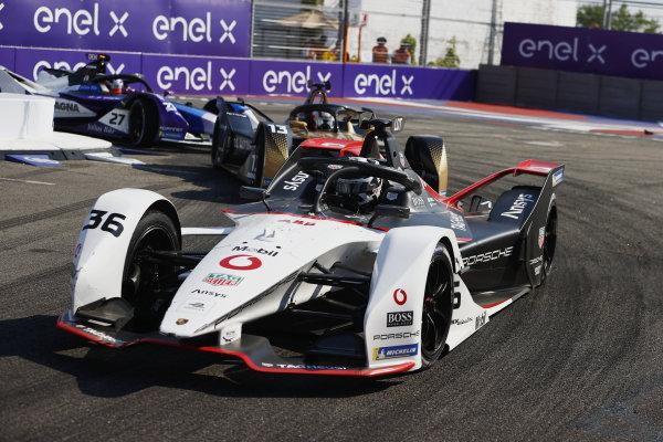 Andre Lotterer (DEU), Tag Heuer Porsche, Porsche 99X Electric, leads Antonio Felix da Costa (PRT), DS Techeetah, DS E-Tense FE21, and Jake Dennis (GBR), BMW I Andretti Motorsport, BMW iFE.21
