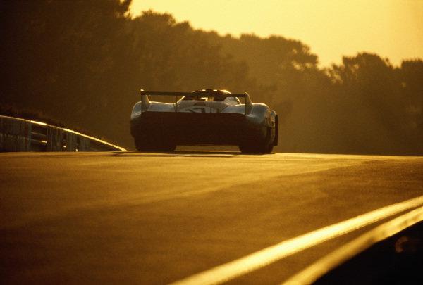 Jo Siffert / Derek Bell, J. W. Automotive Engineering, Porsche 917 LH at dawn.