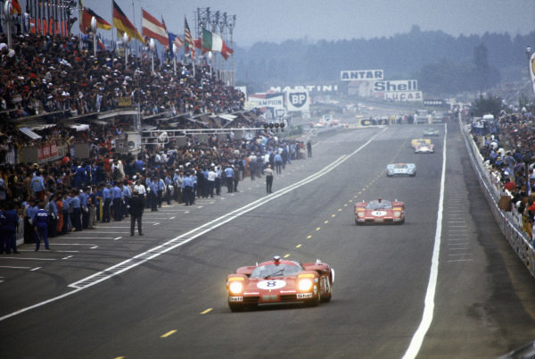 Arturo Merzario / Clay Regazzoni, SEFAC Ferrari, Ferrari 512 S, leads team-mate Nino Vaccarella / Ignazio Giunti and David Hobbs / Mike Hailwood, J. W. Automotive Engineering, Porsche 917K.
