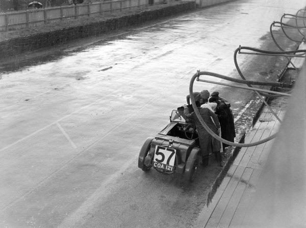 Charlie Dodson / Herbert Hadley, Austin Seven, makes a pitstop.