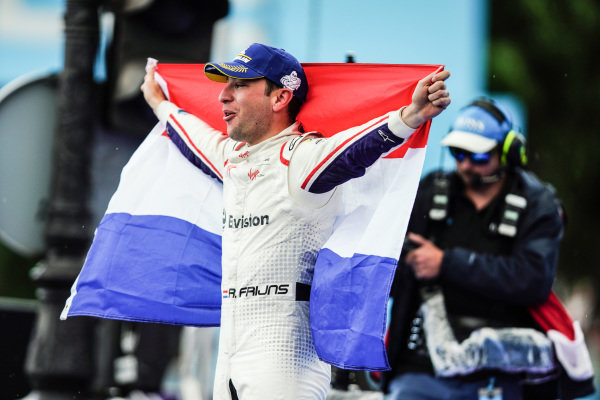 Robin Frijns (NLD), Envision Virgin Racing, Audi e-tron FE05, holds the dutch flag on the podium