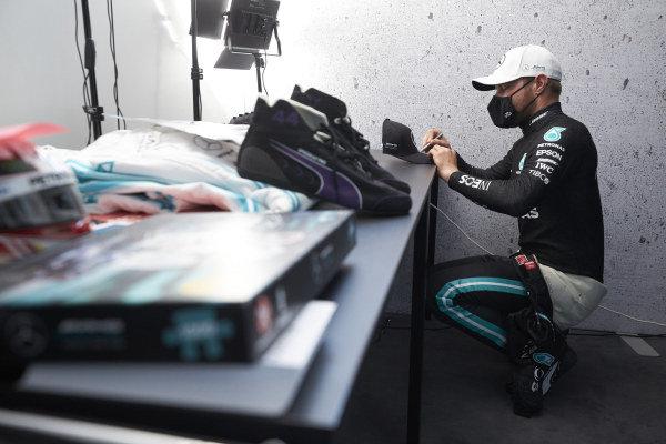 Valtteri Bottas, Mercedes-AMG Petronas F1 signing a hat