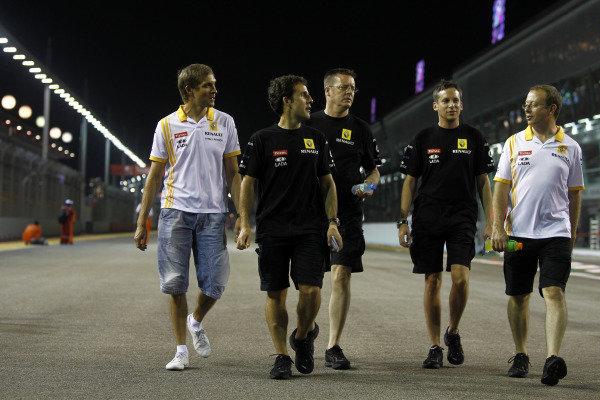 Marina Bay Circuit, Singapore.23rd September 2010.Vitaly Petrov, Renault R30, walks the track with team mates. Portrait. World Copyright: Andrew Ferraro/LAT Photographicref: Digital Image _Q0C2882