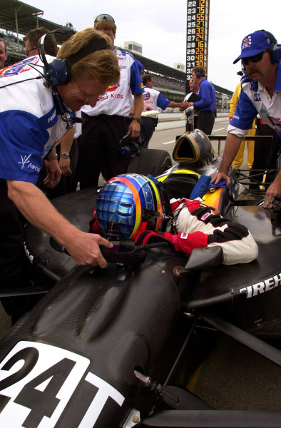 Driver Steve Knapp bows his head in thanks and relief after qualifying a car he had not driven before Sunday morning. 84th. Indianapolis 500, Indy Racing Northern Light Series, Indianapolis Motor Speedway, Speedway Indiana,USA 28 May,2000 -F.Peirce Williams 2000 LAT PHOTOGRAPHIC