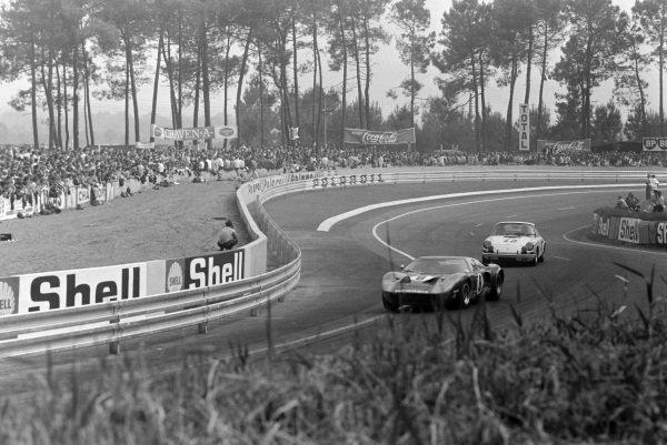 Peter Sadler / Paul Vestey, Peter Sadler, Ford GT40, leads Claude Ballot-Lèna / Guy Chasseuil, Auguste Veuillet, Porsche 911 T.