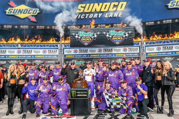 #11: Denny Hamlin, Joe Gibbs Racing, Toyota Camry FedEx Office victory lane