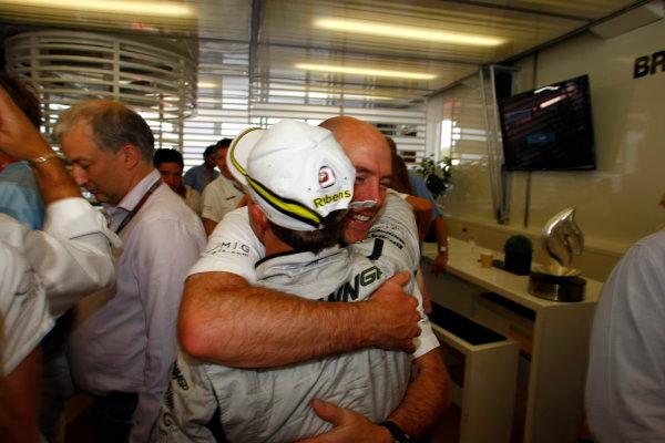 Autodromo Nazionale di Monza, Monza, Italy.13th September 2009.Rubens Barrichello, Brawn GP BGP001 Mercedes, 1st position, celebrates with Jock Clear, Race Engineer, Brawn GP. Portrait. World Copyright: Charles Coates/LAT Photographicref: Digital Image _26Y0688