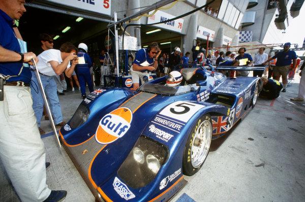 1994 Le Mans 24 Hours. Le Mans, France. 18th - 19th June 1994. Derek Bell/Robin Donovan/Jurgen Lassig (Kremer Porsche Spyder), 6th position, pit stop action. World Copyright: LAT Photographic. Ref:  94LM25.