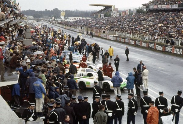 1968 Le Mans 24 hours. Le Mans, France. 28-29 September 1968. The cars line up in front of the pits before the start. World Copyright: LAT Photographic Ref: 68LM16
