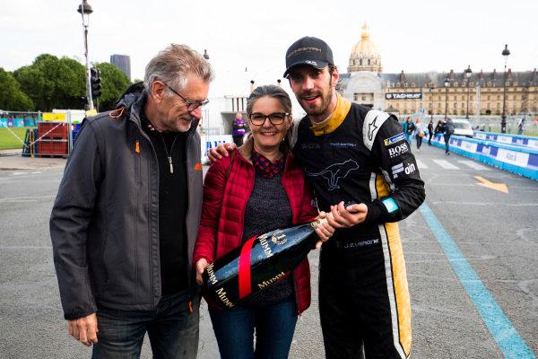 Jean Eric Vergne (FRA), TECHEETAH, Renault Z.E. 17. celebrates his win with his team