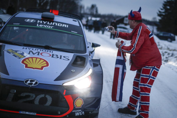 Thierry Neuville (BEL) / Nicolas Gilsoul (BEL), Hyundai Motorsport i20 Coupe WRC and fan at World Rally Championship, Rd2, Rally Sweden, Day One, Karlstad, Sweden, 10 February 2017.