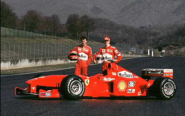 AUtodromo del Mugello 25/2/99Irvine e M. Schumacher posano vicino alla Ferrari F399PHOTO 4