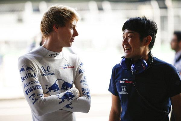 Brendon Hartley, Scuderia Toro Rosso, talks to a Honda engineer