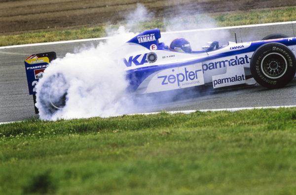 Pedro Diniz, Arrows A18 Yamaha, spins.