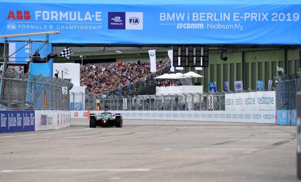 Lucas Di Grassi (BRA), Audi Sport ABT Schaeffler, Audi e-tron FE05, crosses the finish line and celebrates victory