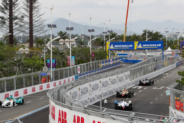 Antonio Felix da Costa (PRT), BMW I Andretti Motorsports, BMW iFE.18, follows Jean-Eric Vergne (FRA), DS TECHEETAH, DS E-Tense FE19, and Oliver Rowland (GBR), Nissan e.Dams, Nissan IMO1. On the other side of the circuit is Oliver Turvey (GBR), NIO Formula E Team, NIO Sport 004