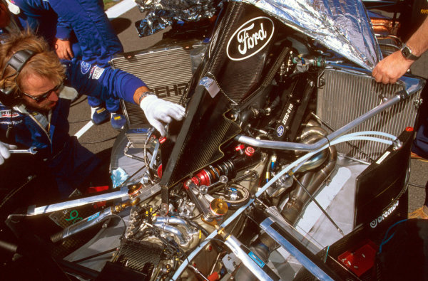 Monza, Italy.6-8 September 1996.A Sauber mechanic gets working on the engine.Ref-96 ITA 33.World Copyright - LAT Photographic