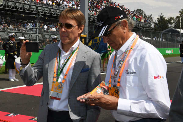 Adrian Fernandez (MEX) and Jo Ramirez (MEX) on the grid at Formula One World Championship, Rd19, Mexican Grand Prix, Race, Circuit Hermanos Rodriguez, Mexico City, Mexico, Sunday 30 October 2016.