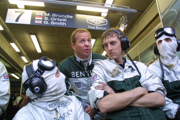 2001 Le Mans 24 HoursLe Mans, France. 12th June 2001.Martin Brundle Bentley driver talks with mechanicsWorld Copyright: Clive Rose/LAT Photographicref: Digital Image Only