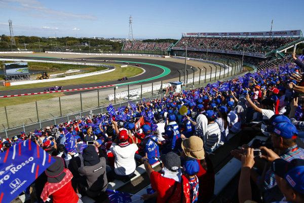 Pierre Gasly, Scuderia Toro Rosso STR13, leads Brendon Hartley, Toro Rosso STR13 Honda