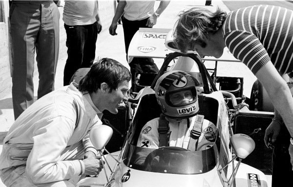1972 Italian Grand Prix.Monza, Italy. 10 September 1972.Robin Herd of March Engineering chats to Niki Lauda, who is seated in his March 721 Ford in the pits.Ref-72 4585/6A.World Copyright - LAT Photographic