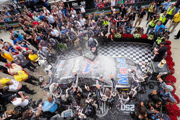 #4: Kevin Harvick, Stewart-Haas Racing, Ford Mustang Mobil 1 celebrates in victory lane