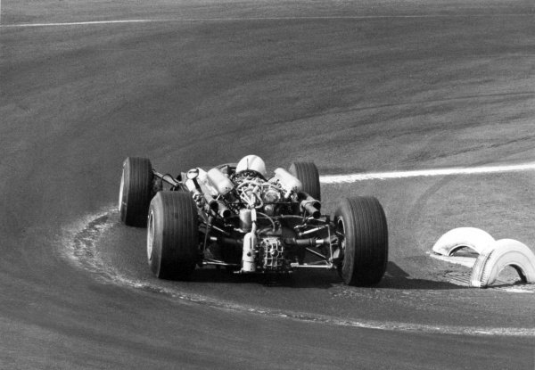 1966 Mexican Grand Prix.Mexico City, Mexico. 23 October 1966.John Surtees, Cooper T81-Maserati, 1st position, action.World Copyright: LAT PhotographicRef: b&w print