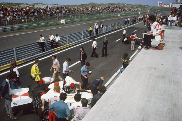 1973 Dutch Grand Prix.  Zandvoort, Holland. 27-29th July 1973.  Graham Hill, Shadow DN1 Ford, in the pitlane as Bette Hill keeps watch from above.  Ref: 73HOL68. World Copyright: LAT Photographic