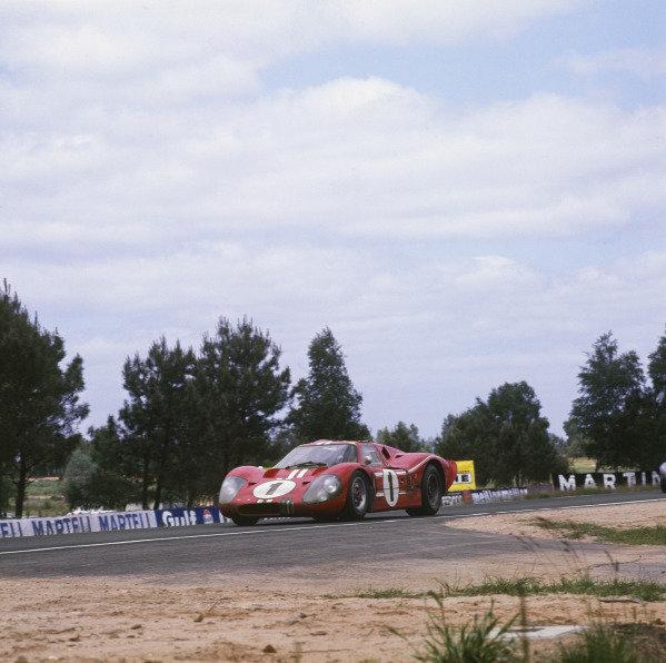Le Mans, France. 10-11 June 1967.Dan Gurney/AJ Foyt (Ford GT40 Mk4), 1st position, action. World Copyright: LAT Photographic.Ref:  2920.