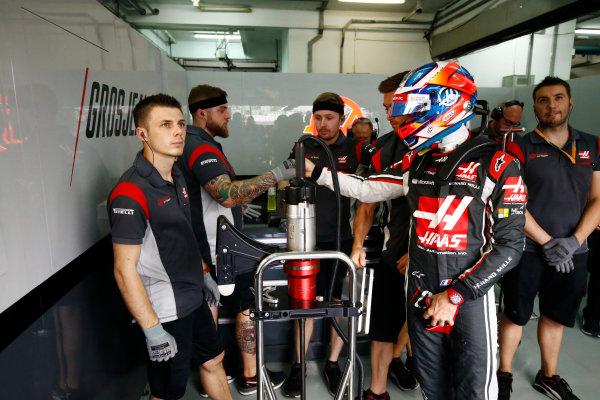 Sepang International Circuit, Sepang, Malaysia. Saturday 30 September 2017. Romain Grosjean, Haas F1, in garage with his mechanics before FP3. World Copyright: Andy Hone/LAT Images  ref: Digital Image _ONZ9251
