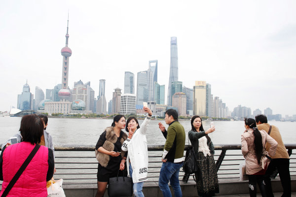 Shanghai International Circuit, Shanghai, China. Wednesday 8 April 2015. People take photos at the Bund in Shanghai. World Copyright: Steven Tee/LAT Photographic. ref: Digital Image _X0W4369