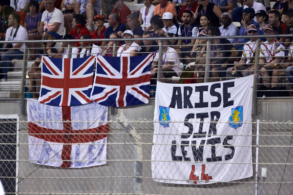 Yas Marina Circuit, Abu Dhabi, United Arab Emirates. Sunday 29 November 2015. Fans of Lewis Hamilton, Mercedes AMG. World Copyright: Steve Etherington/LAT Photographic ref: Digital Image SNE16227